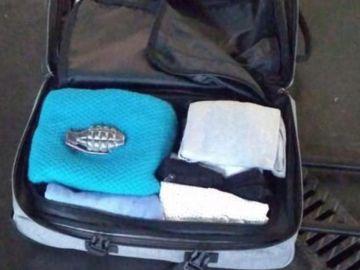El cinturón que parece una granada metido en una maleta
