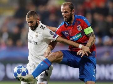 Benzema pelea por el balón en el partido contra el Viktoria Plzen