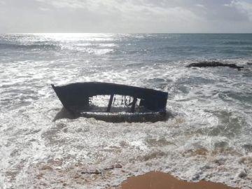 Imagen de archivo de una patera naufragada
