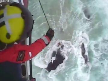 Así salvan los guardacostas de Reino Unido a un surfista atrapado entre las rocas por el temporal en la isla de Lewis