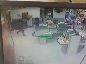 Imágenes del vídeo que muestra a tres encapuchados robando un supermercado en Tenerife