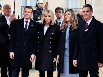 Pedro Sánchez y su mujer recibidos por Emmanuel Macron