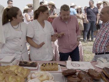 Alberto Chicote echa un vistazo a un puesto que vende bollos, bizcochos, tartas...