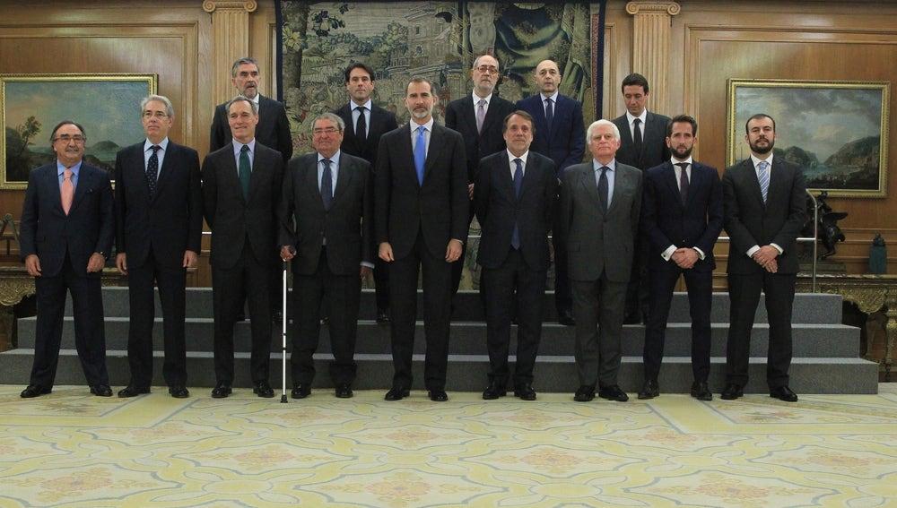 El rey posa con los miembros de la Unión de Televisiones Comerciales en Abierto (UTECA)