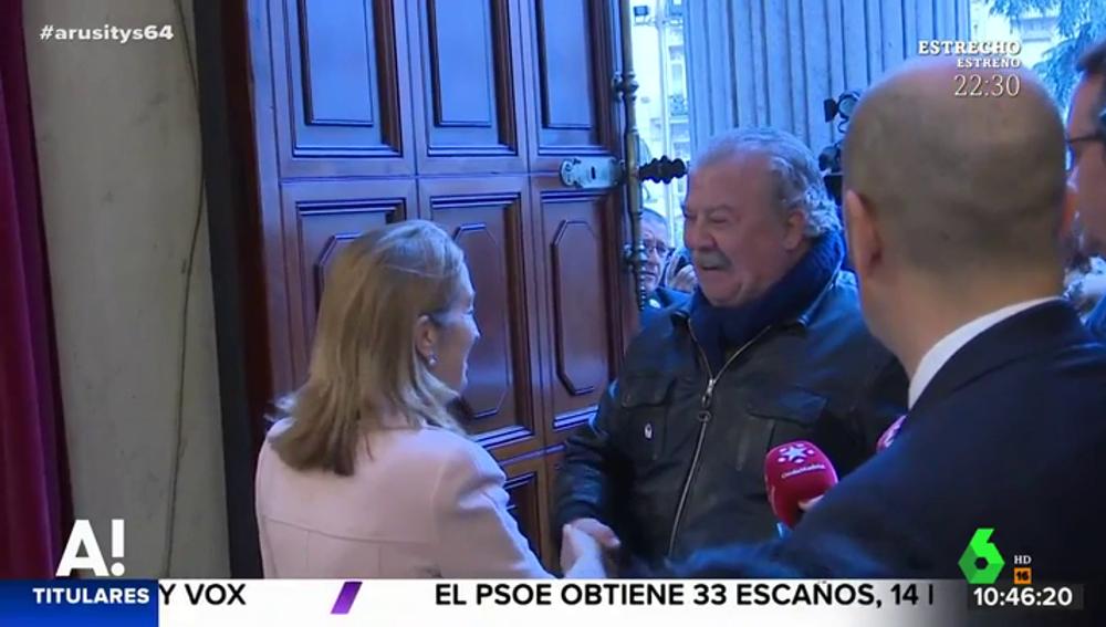 Ana Pastor recibe al primer visitante al Congreso