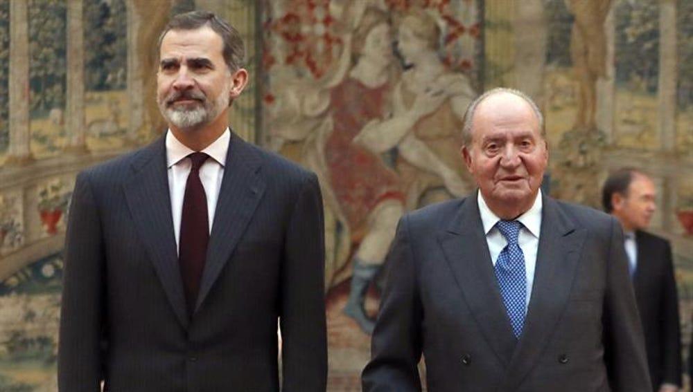 Imagen de archivo del rey Felipe VI con don Juan Carlos en un acto de la Constitución