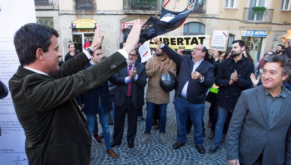 Decenas de personas intentan boicotear un acto de Manuel Valls en el Raval