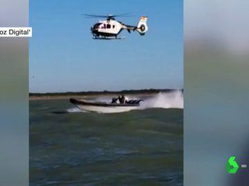 Un helicóptero persigue a una narcolancha desde Sevilla hasta Sanlúcar