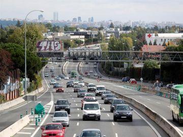 Tráfico denso en una carretera (A-6) a la salida de Madrid