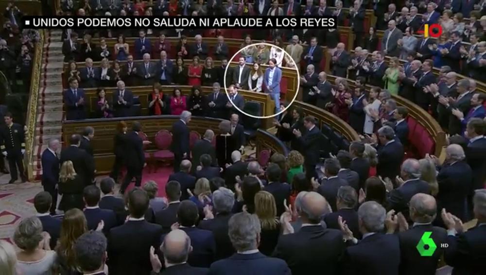 Los diputados de Unidos Podemos no aplauden al rey en el Congreso