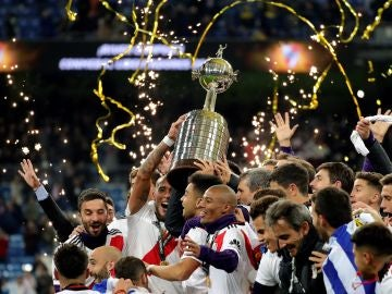 Los jugadores de River Plate levantan la Copa Libertadores al cielo de Madrid