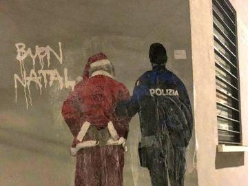Papá Noel arrestado por inmigrante, la nueva obra de Tvboy