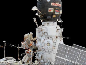 Reparan en el espacio la Soyuz que tenía un agujero de dos milímetros por el impacto de un 'minimeteorito'