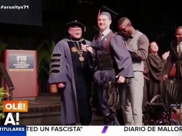 Un universitario parapléjico logra caminar para recoger su diploma de fin de carrera gracias a un exoesqueleto