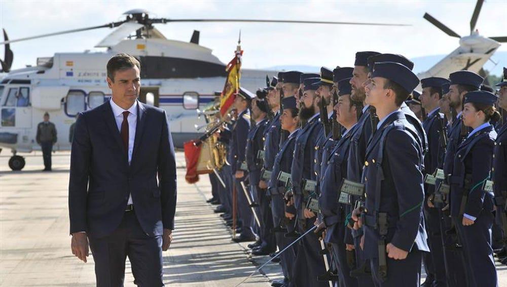 El presidente del Gobierno, Pedro Sánchez, en una visita a la base aérea de Los Llanos