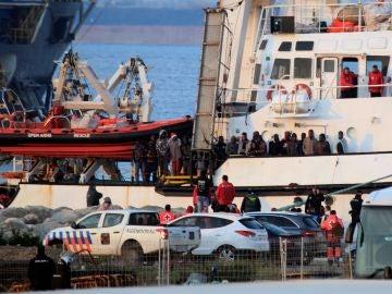 El buque Open Arms ha su llegada al puerto de Crinavis de San Roque, en la Bahía de Algeciras