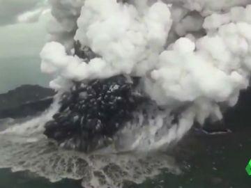 El cráter del volcán Anak Krakatoa perdió 200 metros de altura antes del gran Tsunami de Indonesia