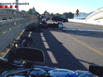 Imagen del accidente en el que tres motoristas han resultado heridos de gravedad