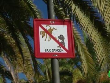 División en Benalmádena por las multas de hasta 500 euros a las personas que no limpien la orina de sus perros