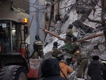Escombros del edificio derrumbado en Magnitogorsk, Rusia.