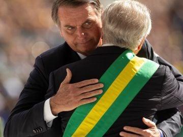 El nuevo presidente de Brasil, Jair Bolsonaro, es recibido por su antecesor, Michel Temer