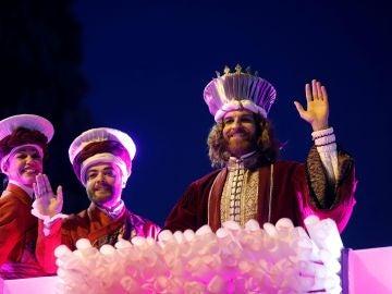 El rey Gaspar saluda durante la tradicional Cabalgata de los Reyes Magos