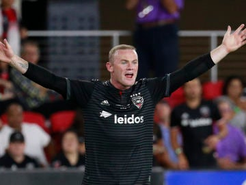Rooney protesta una jugada en un partido con el DC United