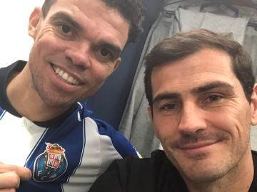 Pepe posa con la camiseta del Oporto junto a Casillas