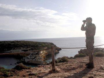 Un militar italiano vigila la costa de Lampedusa, Italia