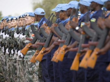 Soldados de la ONU participan en una ceremonia con motivo de la celebración del Día Internacional de los cascos azules en Mali