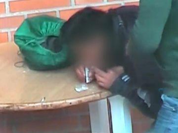 Imagen de un preso esnifando en prisión