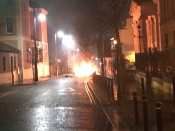 Imagenes de las llamas provocadas por la explosión de un coche bomba en Irlanda del Norte