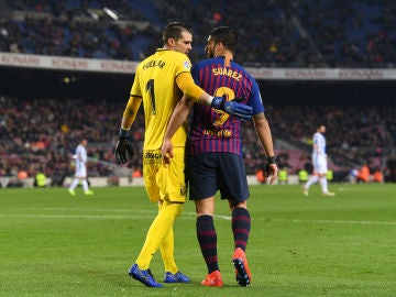 'Pichu' Cuéllar y Luis Suárez hablan durante el Barça-Leganés