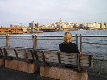Una mujer sentada en un banco de la ciudad turca de Estambul