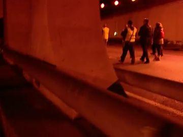 """""""Nos han tirado la cámara al suelo"""": tensión contra un equipo de laSexta en la huelga del taxi en Barcelona"""