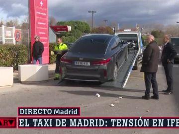 Un coche con las ruedas pinchadas en las protestas del sector del taxi.