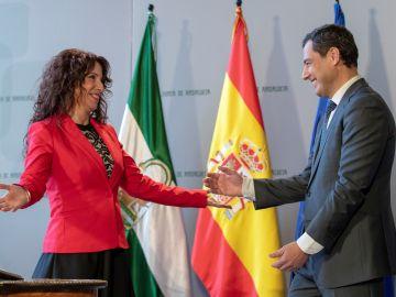 a nueva consejera de Igualdad, Rocío Ruiz, junto al presidente de la Junta de Andalucía, Juanma Moreno.