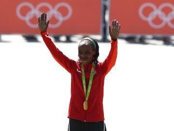 Jemima Sumgong, con su medalla de oro en los Juegos Olímpicos de 2016