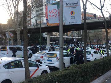 Los taxistas cortan la circulación en los carriles centrales del paseo de la Castellana