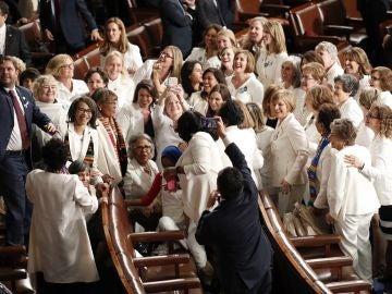 Representantes demócratas vestidas de blanco la Cámara de Representantes de EEUU