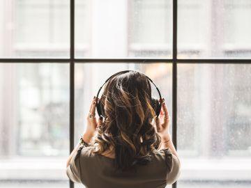 Una joven escucha música con auriculares
