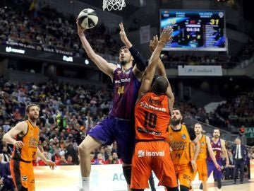 Ante Tomic anota ante la defensa del Valencia Basket
