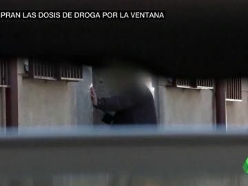 El sinvivir de unos vecinos del barrio de San Blas: toxicómanos que trafican, consumen y defencan en los portales