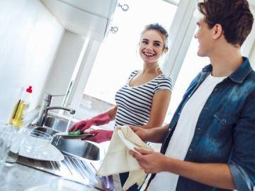 Una pareja realizando tareas del hogar (Archivo)