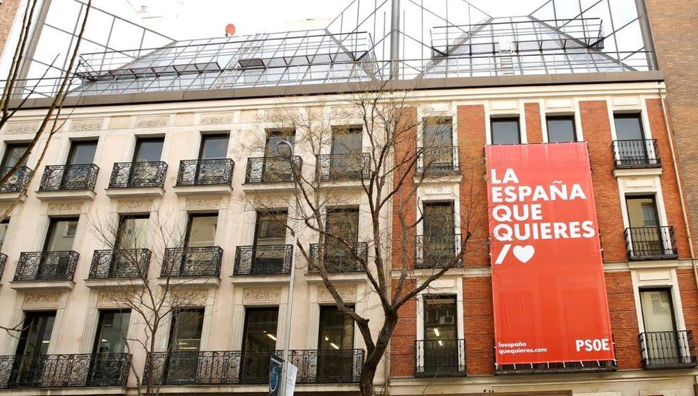Pancarta en la sede del PSOE