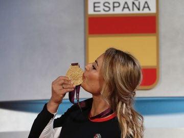 Lydia Valentín besa su medalla de oro