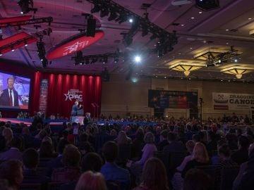 Imagen de Trump hablando en la conferencia de Acción Política Conservadora, en EEUU
