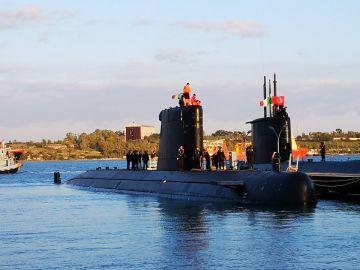 Submarino Tramontana con su tripulación