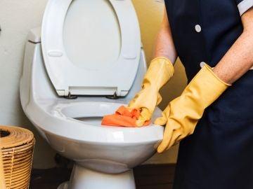 Limpiar un baño público