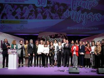 La vicepresidenta del Gobierno, Carmen Calvo, junto a los asistentes al acto en conmemoración del Día Internacional de las Mujeres
